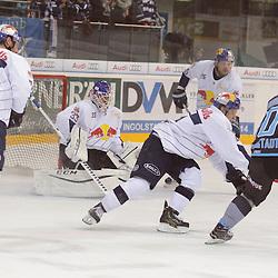 10 Darryl Boyce (Stuermer ERC Ingolstadt) scheitert an 11 Keith Aucoin (Spieler EHC Reb Bull Muenchen) mit auf dem Bild 33 Danny aus den Birken (Torhueter EHC Reb Bull Muenchen), 74 Deron Quint (Spieler EHC Red Bull Muenchen), 25 Derek Joslin (Spieler EHC Reb Bull Muenchen) beim Spiel in der DEL, ERC Ingolstadt (blau) -  EHC Red Bull Muenchen (weiss).<br /> <br /> Foto © PIX-Sportfotos *** Foto ist honorarpflichtig! *** Auf Anfrage in hoeherer Qualitaet/Aufloesung. Belegexemplar erbeten. Veroeffentlichung ausschliesslich fuer journalistisch-publizistische Zwecke. For editorial use only.