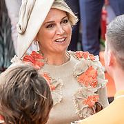 NLD/Amersfoort/20190427 - Koningsdag Amersfoort 2019, Koningin Maxima ontvangt een bloemenboeket