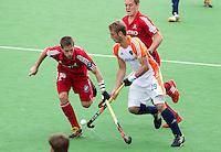 MELBOURNE -  Floris van der Linden (r0 in duel met de Belg Jerome Truyens tijdens de hockeywedstrijd tussen de mannen van Nederland en Belgie (5-4) bij de Champions Trophy hockey in Melbourne. ANP KOEN SUYK