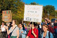 DEU, Deutschland, Germany, Berlin, 13.10.2018: Schild mit Aufschrift Braun ist auch im Herbst kein Trend. Großkundgebung unter dem Motto Unteilbar gegen Ausgrenzung, Rassismus und den Rechtsruck im Lande.