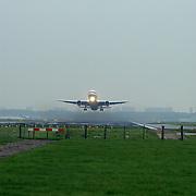 Vliegtuig stijgt op vanaf startbaan Schiphol