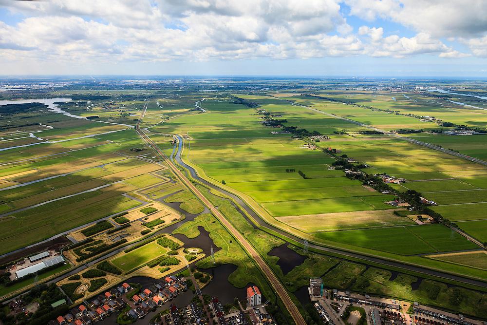 Nederland, Noord-Holland, Gemeente Purmerend, 14-06-2012; polder Wijdewormer, droogmakerij uit de 17e eeuw. Links de Polder Purmerland, de onregelmatige verkaveling in dit gebied is het resultaat van veenontginning en vorm een tegenstelling met de regelmatige verkaveling van de droogmakerij. Onder in beeld Purmerend, Vinex wijk Weidevenne. .On the right Wijdewormer polder, reclaimed land dating from the 17th century. On  the left Purmerland polder,  the division in plots in the area is the result of peat extraction..luchtfoto (toeslag), aerial photo (additional fee required);.copyright foto/photo Siebe Swart