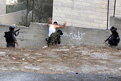 19.10.2015, Jerusalem, ISR, Gewalt zwischen Palästinensern und Israelis, im Bild Kontrollen der Israelischen Sicherheitskräfte im Palästinenser Gebiet // Israeli border guard check a Palestinian man at a newly erected checkpoint in Jerusalem's neighborhood of Jabal al-Mokaber on October 19, 2015. Israeli police began erecting a wall in east Jerusalem to protect a Jewish neighbourhood subject to firebomb and stone attacks launched from an adjacent Palestinian village, Israel on 2015/10/19. EXPA Pictures © 2015, PhotoCredit: EXPA/ APAimages/ Mahfouz Abu Turk<br /> <br /> *****ATTENTION - for AUT, GER, SUI, ITA, POL, CRO, SRB only*****