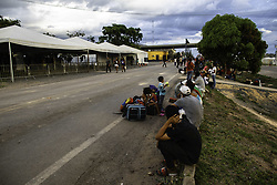 May 1, 2019 - Pacaraima, Brazil - PACARAIMA, RR - 01.05.2019: VENEZUELAN IMMIGRANTS FRONTIER BRAZIL - Triples the number of Venezuelan immigrants on the border with Brazil. In the photo, Venezuelans shelter near the post of the Federal Highway Police in Pacaraima, where they will spend the night. (Credit Image: © JoãO Laet/Fotoarena via ZUMA Press)