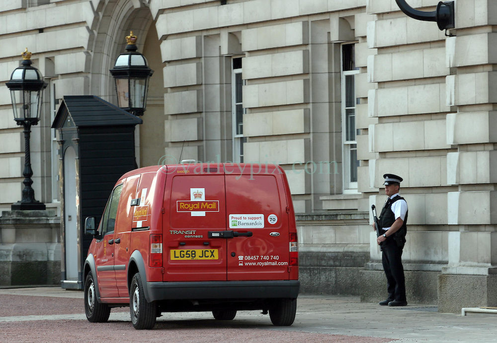 21 April 2010. London, England..Armed police on duty at  Buckingham Palace as the Royal Mail is delivered in the run up to Catherine Middleton's marriage to Prince William..Photo; Charlie Varley.