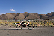 Jan Bos rijdt op de trainingsfiets op een weg bij Battle Mountain, Nevada (USA). Bos is met het Human Power Team Delft en Amsterdam (HPT) in Amerika om het snelheidsrecord op de fiets te breken. Dat staat nu op 133 km/h.<br /> <br /> Jan Bos is riding on his training bike at the desert near Battle Mountain, NV. Bos is with the Human Power Team Delft and Amsterdam to set a new world record cycling. The world record is now 133 km/h.