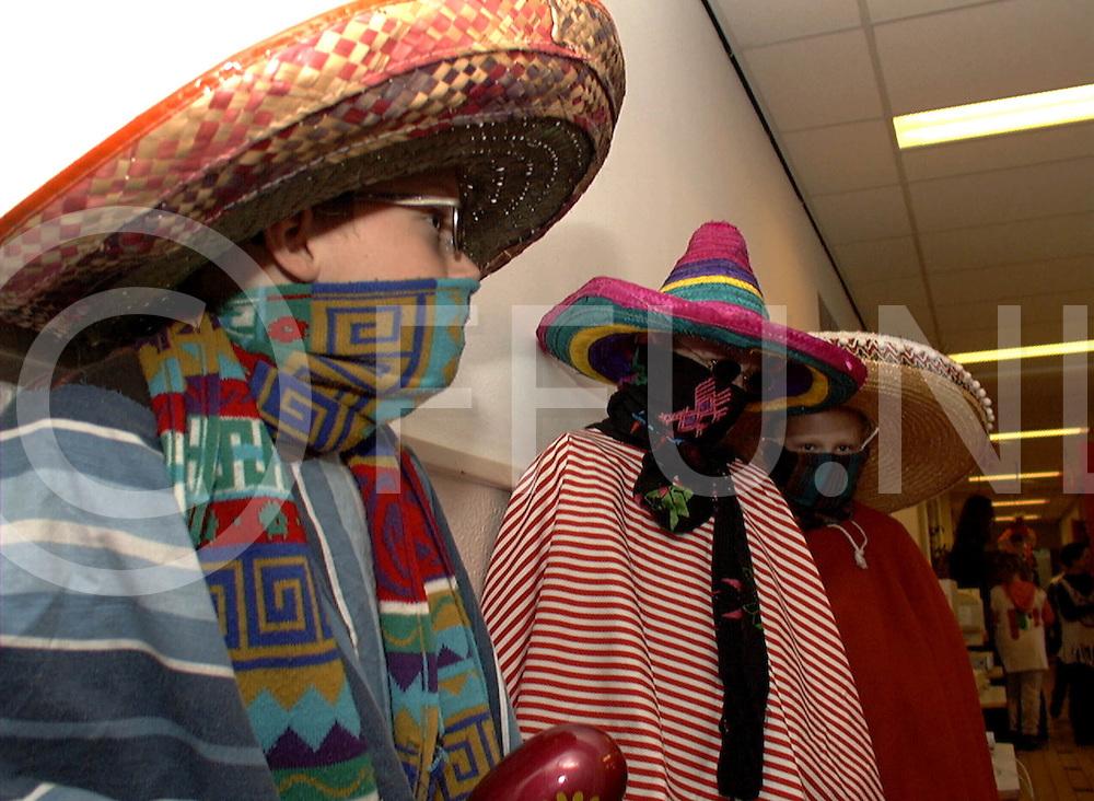 Fotografie Frank Uijlenbroek©2001/michiel van de velde.010406 heeten ned.fu010406_01.afsluiting mexicaanse week op de bernadetteschool waar de kinderen verkleed gingen in mexicaanse stijl en waar mexicaanse spullen werden verkocht