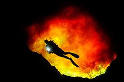Taucher in Devils Eye mit Rotem Wasser aus Sata Fe River, Quelltopf bei Ginnie Spring, Scuba diver in Devils Eye with red water from Santa Fe River, swelling pot near Ginnie Spring, High Springs, Gilchrist County, Florida, USA, United States, MR yes, Februar 2014