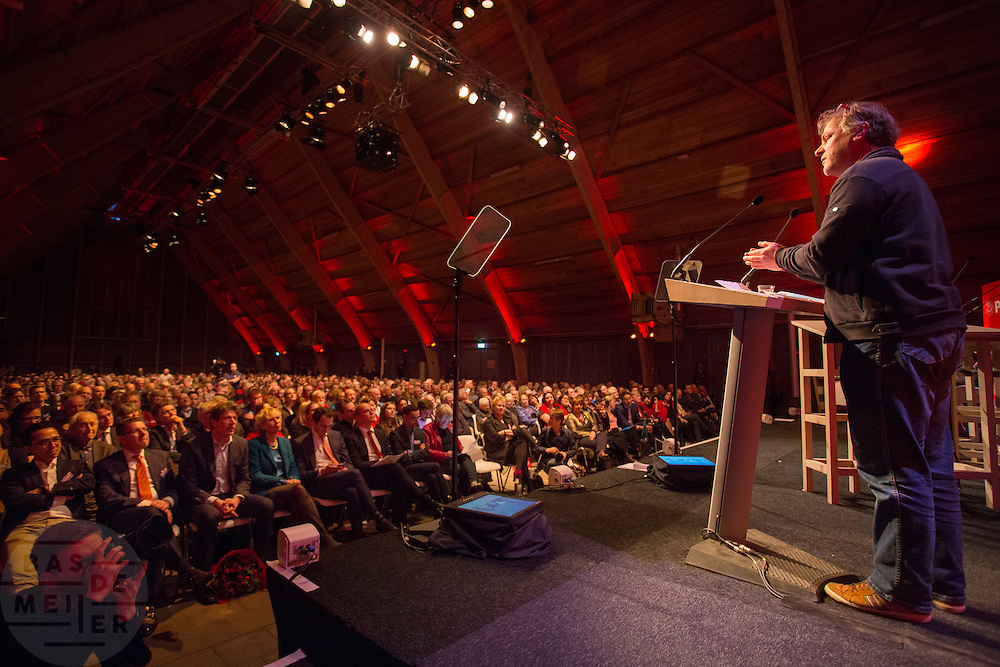 Hans Spekman houdt een toespraak tijdens het congres. In Utrecht wordt het PvdA congres gehouden. Tijdens het congres wordt de aftrap gegeven voor de verkiezing van de Provinciale Staten en de waterschappen. Ook wordt afscheid genomen van Mariette Hamer an Frans Timmermans.<br /> <br /> The Labour Party conference is held in Utrecht. During the conference, the kickoff is given for the election of provincial and district water boards.