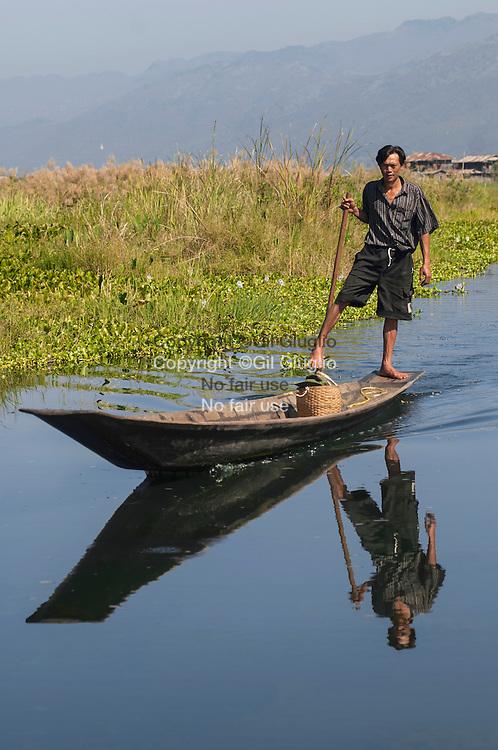 Myanmar, état Shan, lac Inlé, homme ethnie Intha se rendant au marché flottant de Ywama // Myanmar, Shan state, Inle lake, Inthas man going to Ywama  floating market