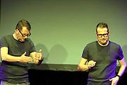 Die Zwillinge – Premiere ihres ersten Bühnenprogramms COPY PASTE am 25. September 2020 in der Oberen Mühle in Dübendorf.