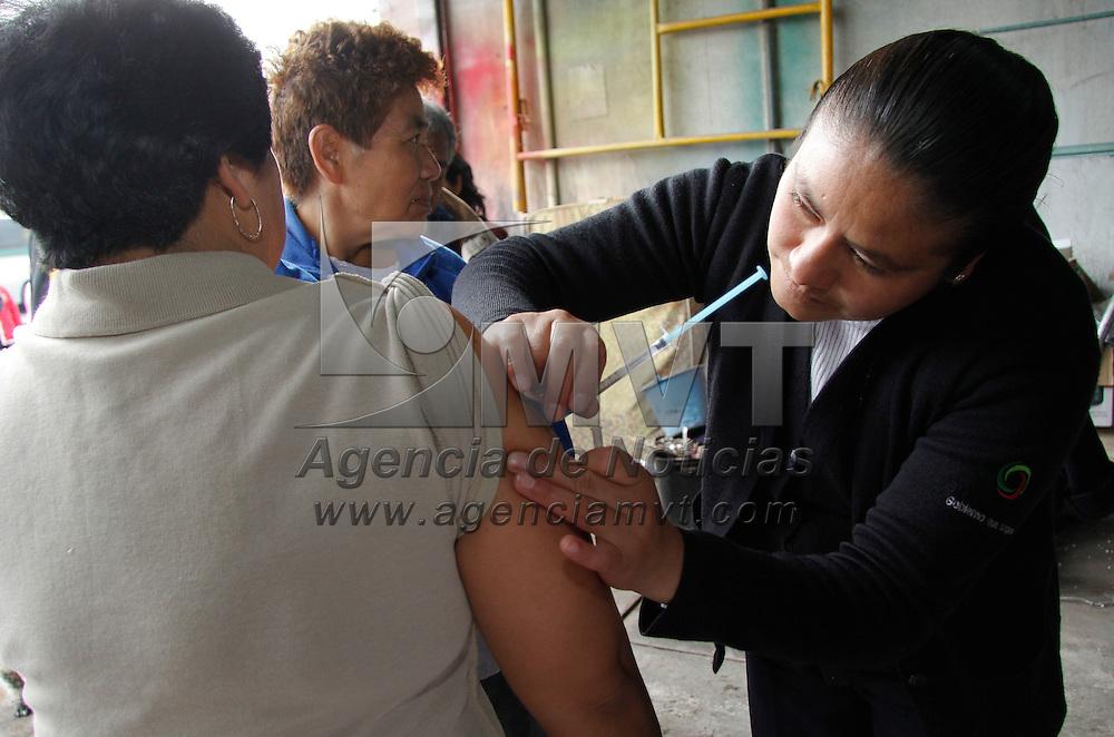 Toluca, México.- Cerca de 150 viviendas de la colonia Las Palmillas  se vieron afectadas  por inundaciones derivadas de una fuerte lluvia que azotó al Valle de Toluca en la madrugada, personal del ISEM aplico vacunas a la población afectada. Agencia MVT / Crisanta Espinosa