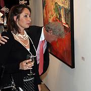 NLD/Amstelveen/20080915 - Modeshow Ronald Kolk 2008, Willibrord Frequin en partner Susan Rastin bekijken de prijzen van de kunstwerken