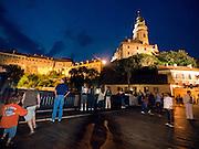 Cesky Krumlov, Krumau/Tschechische Republik, Tschechien, CZE, 25.07.2008: Straßenszene in der abendlichen Altstadt von Cesky Krumlov (Böhmisch Krumau/ Krumau) . Die Hochschätzung dieses Ortes durch inländische und ausländische Experten führte allmählich zur Aufnahme in die höchste Stufe des Denkmalschutzes. Im Jahre 1963 wurde die Stadt zum Stadtdenkmalschutzgebiet erklärt, im Jahre 1989 wurde das Schloßareal zum nationalen Kulturdenkmal erklärt und im Jahre 1992 wurde der ganze historische Komplex ins Verzeichnis der Denkmäler des Kultur- und Naturwelterbes der UNESCO aufgenommen.<br /> <br /> Cesky Krumlov/Czech Republic, CZE, 25.07.2008: Evening streetscene in the oldtown of Cesky Krumlov, with its architectural standard, cultural tradition, and expanse, ranks among the most important historic sights in the central European region. Building development from the 14th to 19th centuries is well-preserved in the original groundplan layout, material structure, interior installation and architectural detail. Situated on the banks of the Vltava river, the town was built around a 13th-century castle with Gothic, Renaissance and Baroque elements. It is an outstanding example of a small central European medieval town whose architectural heritage has remained intact thanks to its peaceful evolution over more than five centuries.