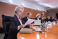 23 JAN 2013, BERLIN/GERMANY:<br /> Annette Schavan, CDU, Bundesforschungsministerin, sortiert Ihre Unterlagen, vor Beginn der Kabinettsitzung, Bundeskanzleramt<br /> IMAGE: 20130123-01-018<br /> KEYWORDS: Kabinett, Sitzung, lesen, blättert, blättern, blaettern, blaettert