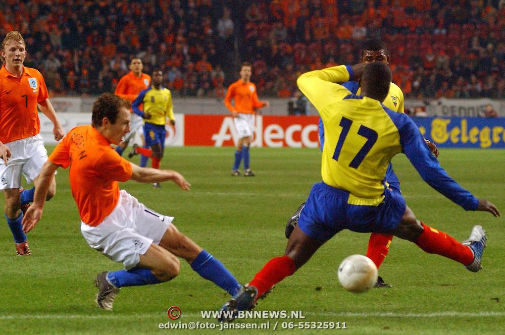 NLD/Amsterdam/20060301 - Voetbal, oefenwedstrijd Nederland - Ecuador, Arjen Robben bal word gestopt door Geovanny Espinoza