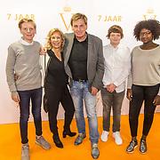NLD/Katwijk/20171030 - 7 jaar Soldaat van Oranje - De Musical, Henny Huisman met partner Lia van Guijk en kleinkinderen