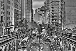 """O Viaduto Otávio Rocha é uma importante obra de engenharia civil de Porto Alegre, estando localizado no centro da cidade, servindo como leito da rua Duque de Caxias quando cruza por cima da avenida Borges de Medeiros. Popularmente, o viaduto é conhecido como """"Viaduto da Borges"""" (porque se localiza na Av. Borges de Medeiros); Após mais de 4 anos de reforma artística e estrutural. Está tombado pelo patrimônio histórico do município desde 1988. Foi idealizado pelo intendente da época, Otávio Rocha, projetado pelos engenheiros Manoel Itaquy e Duilio Bernardi, e construído pela firma alemã Dyckerhoff e Weidmann, entre 1928 e 1932. O viaduto possui uma estrutura de concreto armado, com três vãos e quatro rampas de acesso para pedestres. Na parte central de cada rampa, há uma escadaria que leva à rua Duque de Caxias. Todo o revestimento foi feito em reboco de pó de granito, de cor cinza, dando um aspecto de pedra aparelhada. FOTO: Jefferson Bernardes/Preview.com"""