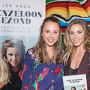 """NLD/Amsterdam/20161031 - Boekpresentatie Ellen Hoog """"Grenzeloos Gezond"""", Ellen overhandigd haar 1e boek aan vriendin Nina Pierson"""