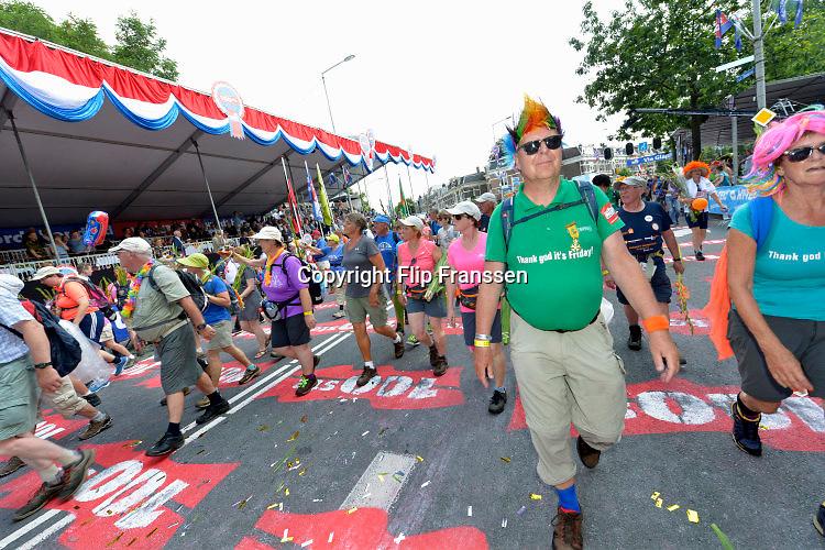 Nederland, Nijmegen, 22-7-2016 Intocht van de wandelaars in Nijmegen op de vierde dag van de 100e 4Daagse . Het vierdaagselegioen loopt over de Via Gladiola Nijmegen binnen. Na een feestelijke intocht volgt de uiteindelijke finish en het ophalen van het kruisje, vierdaagsekruisje, op de Wedren. Iedere deelnemer krijgt een bloem, gladiool, uitgerijkt. The International Four Day Marches Nijmegen is the largest marching event in the world. It is organized every year in Nijmegen mid-July as a means of promoting sport and exercise. Participants walk 30, 40 or 50 kilometers daily, and on completion, receive a royally approved medal, Vierdaagsekruis. The participants are mostly civilians, but there are also a few thousand military participants. In 2004 a restriction on the maximum number of registrations is set to 45,000. More than a hundred countries have been represented in the Marches over the years. Foto: Flip Franssen