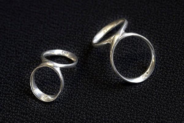 Nederland, Nijmegen,18-12-2014Een jonge vrouw heeft een zilveren brace om elk van haar vingers om te voorkomen dat deze achteroverbuigen, wat in haar geval mogelijk zou zijn. Het is een ( erfelijke ) aandoening waarbij er een kans bestaat dat haar vingers op den duur krom gaan groeien.Dit is een product van een edelsmid, zilversmid, goudsmid, die zijn ambacht gebruikt voor medische toepassingen.FOTO: FLIP FRANSSEN/ HOLLANDSE HOOGTE