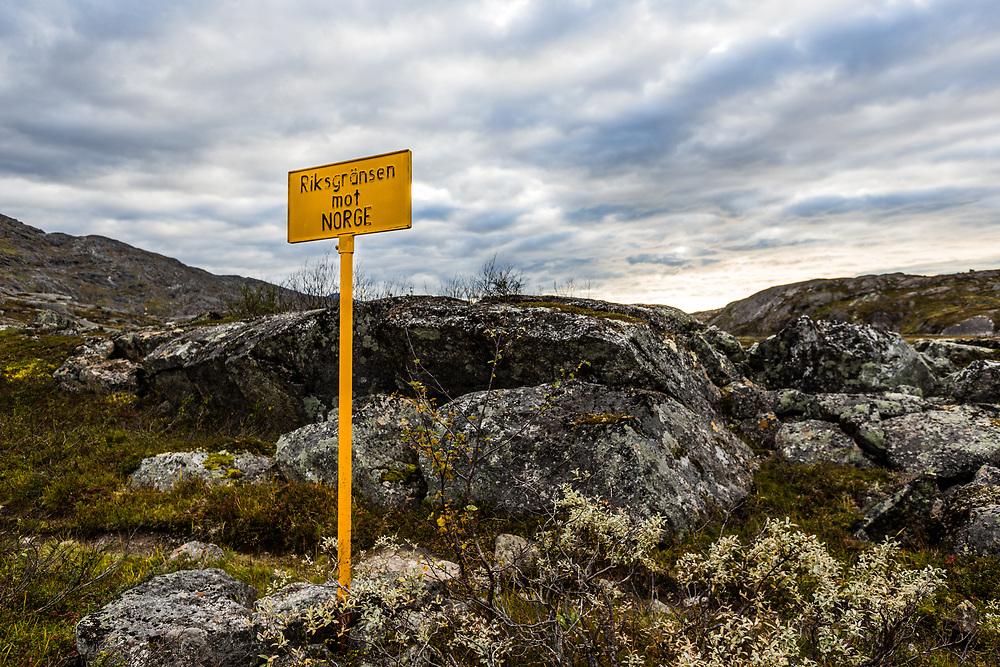 Skilt på Bjørnfjell (Narvik kommune, Nordland) som markerer grensen mellom Norge og Sverige.