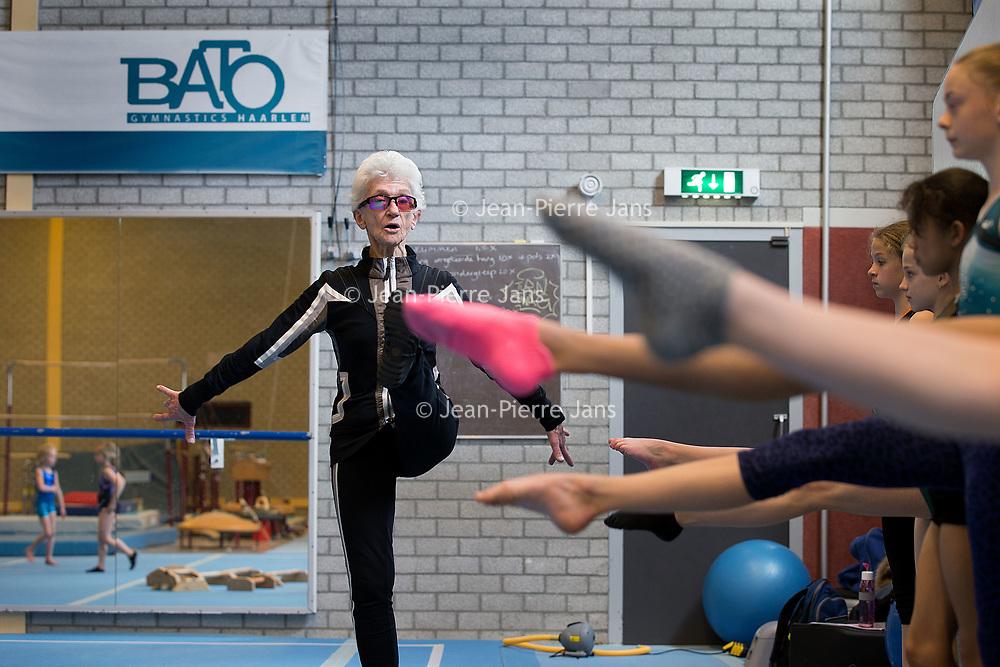 Nederland, Haarlem, 19 april 2017.<br /> Turntrainster Nel Krauwel  een 85-jarige turntrainster die zelf nog zo fit en lenig als een hoentje is. Ze geeft nog elke dag training en heeft veel te vertellen over turnen, is als voormalig bondscoach in het verleden op Russische en Roemeense turninternaten geweest. <br /> <br /> Op de foto: Nel Krauwel tijdens de turnles van Bato turnvereniging  in sporthal Kennemer. <br /> <br /> <br /> Foto: Jean-Pierre Jans