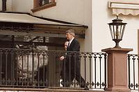 14.03.1999, Deutschland/Eltville:<br /> Joschka Fischer, Bundesaußenminster, auf dem Weg zum Fototermin, Informelles Treffen der Außenminister der Europäischen Union, Schloß Reinhartshausen, Eltville<br /> IMAGE: 19990314-01/01-09
