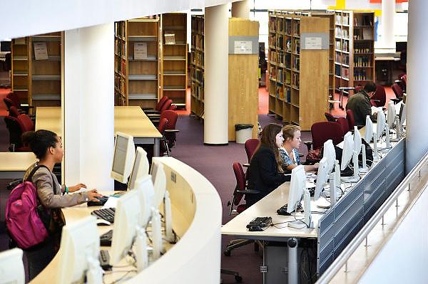 Nederland, Nijmegen,27-8-2014Studenten in de bibliotheek, studiecentrum van de hogeschool Arnhem Nijmegen, HAN.Foto: Flip Franssen/Hollandse Hoogte