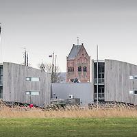 Grou gezien vanaf de Hôflân. Moderne huizen met skûtsje voor de wal en op achtergrond Sint Pieter toren