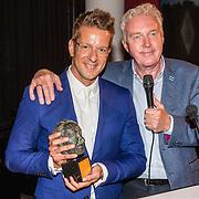 NLD/Amsterdam/20160620 - Uitreiking Johan Kaartprijs 2016, Alex Klaassen met de Johan Kaartprijs en Andre van Duin