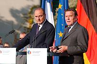 18 SEP 2003, BERLIN/GERMANY:<br /> Jacques Chirac, Praesident Frankreich, und Gerhard Schroeder, SPD, Bundeskanzler Deutschland, Pressekonferenz zu den Ergebnissen der deutsch-franzoesischen Konsultationen, Garten, Bundeskanzleramt <br /> IMAGE: 20030918-02-018<br /> KEYWORDS: Gerhard Schröder, deutsch-französische<br /> Regierungskonsultationen