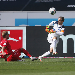 Sebastian Andersson (1.FC Union Berlin) im Zweikampf mit Torwart Oliver Baumann (TSG 1899 Hoffenheim)<br /> <br /> Sport: Fussball: Bundesliga: Saison 19/20: TSG 1899 Hoffenheim-1.FC Union Berlin, 20.06.2020.<br /> <br /> Foto: RALF POLLER/AVANTI/POOL/PIX-Sportfotos<br /> <br /> Nur für journalistische Zwecke! Only for editorial use! <br /> Gemäß den Vorgaben der DFL Deutsche Fußball Liga ist es untersagt, in dem Stadion und/oder vom Spiel angefertigte Fotoaufnahmen in Form von Sequenzbildern und/oder videoähnlichen Fotostrecken zu verwerten bzw. verwerten zu lassen. DFL regulations prohibit any use of photographs as image sequences and/or quasi-video.