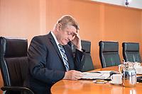 30 AUG 2017, BERLIN/GERMANY:<br /> Herrmann Groehe, CDU, Bundesgesundheitsminister, liest in seinen Unterlagen, vor Beginn der Kabinettsitzung, Bundeskanzleramt<br /> IMAGE: 20170830-01-001<br /> KEYWORDS: Kabinett, Sitzung, lsen, Akte, Akten, Herrmann Gröhe