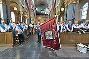 Nederland, Overasselt, 20-1-2019In de Antonius Abt kerk worden nde gildevlag van de schutterij en de zilveren borstplaat van de schutterskoning ingezegend door de pastoor. In dit dorp is de schuttersvereniging, het gilde de schutterij sint antonius, heropgericht. Nu telt de gemeente Heumen 5 schutterijen.Foto: Flip Franssen