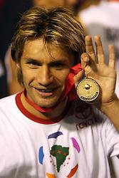 Rafael Sobis mostra a medalha durante a comemoração  do título da Copa Libertadores da América 2006  após empatar com o São Paulo (SP) na segunda partida da final que foi realizada no Estádio Beira Rio, em Porto Alegre. FOTO: Jefferson Bernardes/Preview.com