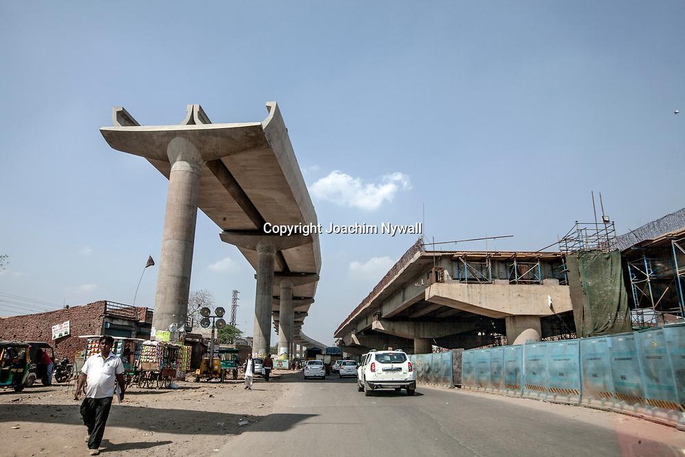 Delhi 2017 03 10 Indien<br /> Södra Delhi<br /> Bygge av Metro samt motorväg i utkanten av mångmiljonär staden Delhi<br /> <br /> <br /> ----<br /> FOTO : JOACHIM NYWALL KOD 0708840825_1<br /> COPYRIGHT JOACHIM NYWALL<br /> <br /> ***BETALBILD***<br /> Redovisas till <br /> NYWALL MEDIA AB<br /> Strandgatan 30<br /> 461 31 Trollhättan<br /> Prislista enl BLF , om inget annat avtalas.