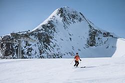 THEMENBILD - Skifahrer am Kitzsteinhorn Gletscher Skigebiet, aufgenommen am 09. April 2021 in Kaprun, Österreich // Skiers at the Kitzsteinhorn Glacier Ski Resort, Kaprun, Austria on 2021/04/09. EXPA Pictures © 2021, PhotoCredit: EXPA/ JFK