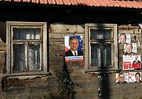 21.10.2007 wies Trzescianka w pow . hajnowskim n/z plakaty wyborcze Wlodzimierza Cimoszewicza na jednym z domow fot Michal Kosc / AGENCJA WSCHOD