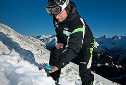 THEMENBILD - Verschuettetensuche nach Lawinenabgang. Hier im Bild Suche von Verschütteten mit dem LVS-Gerät. Archivbild vom 10.01.2009 anlässlich einer Alpinen Sicherheitsschulung 'Umgang mit LVS-Geraet, Sonde und Schaufel' veranstaltet vom Alpinkompetenzzentrum Osttirol (AKZ), im Grossglockner Resort Kals, Osttirol. EXPA Pictures © 2012, PhotoCredit: EXPA/ J. Groder