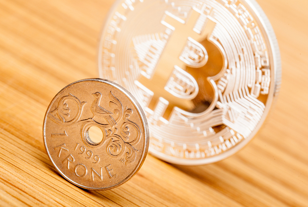 Matt og unnselig norsk kronestykke foran dominerende og skinnende bitcoin.