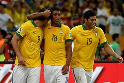 Fred, Paulinho e Hulk comemoram gol na partida entre Brasil e Espanha, válida pela final da Confederações 2013, no estádio Maracanã, no Rio de Janeiro. FOTO: Jefferson Bernardes/Preview.com