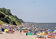 Klifowe wybrzeże na plazy w Rewalu