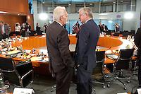 17 JUN 2004, BERLIN/GERMANY:<br /> Edmund Stoiber (L), CSU, Ministerprasident Bayern, und Roland Koch (R), CDU, Ministerpraesident Hessen, im Gespraech, vor Beginn des Gespraechs von Bundeskanzler und Regierungschefs der Bundeslaender, Internationaler Konferenzsaal, Bundeskanzleramt<br /> IMAGE: 20040617-03-007<br /> KEYWORDS: Ministerpraesidenten, Ministerpräsidenten, Gespräch