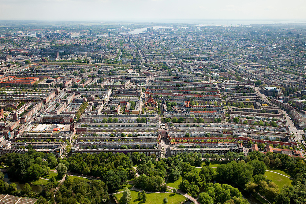 Nederland, Amsterdam, Amsterdam-West, 25-05-2010. Rembrandt park met Hoofdorppleinbuurt en De Baarsjes (Bos en Lommer, Oud-West). Binnenstad met IJ in het verschiet..Western part of the city..luchtfoto (toeslag), aerial photo (additional fee required).foto/photo Siebe Swart