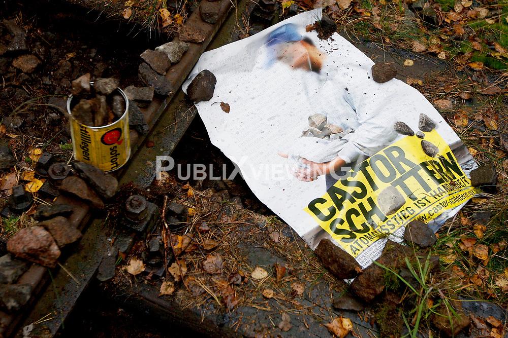 """Durch das Entfernen von Schottersteinen aus dem Eisenbahn-Gleisbett will die Kampagne """"Castor schottern"""" den für November erwarteten Atommüll-Transport auf dem Weg zur Umladestation nach Dannenberg stoppen. Pressesprecher Tadzio Müller sagte bei einem Pressetermin am Gleis, man sei entschlossen, """"massenhaft den Schotter aus dem Gleisbett zu entfernen, also die Gleise zu unterhöhlen und sie damit für den Atommüllzug unbefahrbar zu machen. Wir wählen für die Aktion einen Schienenabschnitt, an dem an diesem Tag kein Zugverkehr außer dem Castor-Transport stattfindet."""" <br /> <br /> Ort: Pudripp<br /> Copyright: Andreas Conradt<br /> Quelle: PubliXviewinG"""