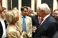12 JUN 2002, BERLIN/GERMANY:<br /> Sabine Christiansen (L), Polit-Talk Moderatorin, Gabor Steingart (M), Der Spiegel, und Edmund Stoiber (R), CSU, Kanzlerkandidat und Ministerpraesident Bayern, im Gespraech, waehrend dem Berliner Pressetreff der Bayrischen Landesvertretung<br /> IMAGE: 20020612-01-010<br /> KEYWORDS: Ministerpräsident, Spitzenkandidat, Journalist, Journalisten, Gespräch