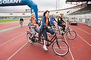 Fietsers gaan op een tandem van start in de Gerrie Knetemann Classic vanuit het Olympisch Stadion in Amsterdam. De toertocht wordt voor de vijfde keer gehouden en is begonnen ter nagedachtenis van de in 2004 overleden Nederlandse wielrenner. Deelnemers kunnen afstanden fietsen van 45, 75, 100 en 150 km.<br /> <br /> Cyclists on a tandem are starting with the Gerrie Knetemann Classic, a tour dedicated to the late Dutch cyclist.