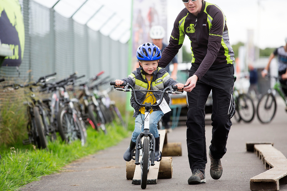 Een klein jongetje legt een mountainbike parcours af. In Ysselsteyn vindt op het circuit van Raceway het fietsevenement Cycle Vision plaats. Oorspronkelijk is Cycle Vision bedoeld voor ligfietsen, het is nu uitgegroeid tot een breed fietsevenement met naast ligfietsen ook BMX, mountainbiken, fatbikes, elektrische fietsen en steps.<br /> <br /> A small boy rides a mountain bike parcours. In Ysselsteyn cycling event CycleVision takes place. Originally CycleVision intended for recumbents, it has now become a wide cycling event with next recumbents also BMX, mountain biking, fatbikes, electric bicycles and e-bikes.