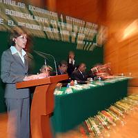 Toluca, Méx.- Marcela Velazco Gonzalez, sub secretaria de administracion del gobierno estatal, Ramon Garcia Lopez, secretario general del SUTEyM y Jaime Suarez Velazquez, director general de Modernizacion y Calidad, entregan a servidores publicos, estimulos economicos por su desempeño en cursos de capacitacion. Agencia MVT / Gabriela Benitez M. (DIGITAL)<br /> <br /> <br /> <br /> NO ARCHIVAR - NO ARCHIVE